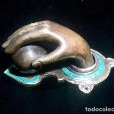 Antigüedades: HAND WITH BALL BRASS / DOOR KNOCKER / HOME DECOR INTERIOR DESIGN ACCESSORIES FULLY FUNCTIONING. Lote 122047987