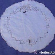 Antigüedades: == LA15 - BONITO TAPETE BORDADO A MANO - 22 CM. DE DIAMETRO. Lote 122060595