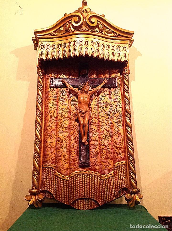 RETABLO CON CRUCIFIJO POLICROMADO ESTUCO MEDIADOS DEL SIGLO XX MEDIDAS 90X50CM (Antigüedades - Religiosas - Crucifijos Antiguos)