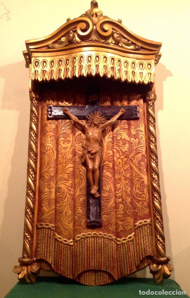 Antigüedades: Retablo Con Crucifijo Policromado Estuco Mediados Del Siglo XX Medidas 90X50CM - Foto 4 - 122063563
