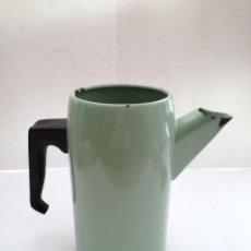 Antigüedades: CAFETERA METAL ESMALTADO EN VERDE ASA BAQUELITA. Lote 122080079