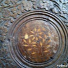 Antigüedades: MESA ARTESANAL MADERA LABRADA Y TARACEA DE HUESO . MUY ANTIGUA A GUBIA Y FORMÓN.. Lote 122088735