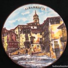 Antigüedades: PRECIOSO PLATO DE CERAMICA DE ALBARRACIN, FABRICADO Y PINTADO A MANO POR CERAMAR. Lote 122091663