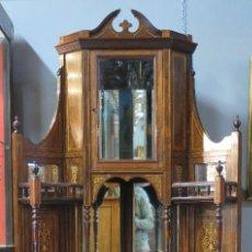 Antigüedades: MAGNIFICO ESQUINERO INGLES. MADERA DE PALOSANTO CON MARQUETERIA Y CRISTALES BISELADOS. SIGLO XIX. Lote 122100931