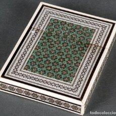 Antigüedades: TARJETERO ANGLO INDIO DE HUESO Y TARACEA DE METALES CON EL INTERIOR DE SÁNDALO SIGLO XIX. Lote 122111507