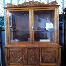 Antigüedades: VITRINA EN CASTAÑO TALLADO DE 130X43X185 CMS.. Lote 122123087