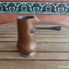Antigüedades: ANTIGUA CHOCOLATERA EN COBRE Y HIERRO, PARA MANGO DE MADERA . Lote 122123763