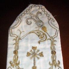 Antigüedades: ANTIGUA PIEZA BORDADA EN CANUTILLO SOBRE TERCIOPELO CREMA. 32X15 CMS.. Lote 122215035