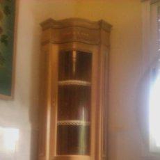Antigüedades: PRECIOSA VITRINA RINCONERA DE CRISTAL CURVO CON MARQUETERÍA,LLAVE ORIGINAL.. Lote 122228251