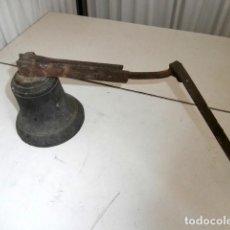 Antigüedades: CAMPANA DE BRONCE CON EXTENSION PARA LLAMADA INTERNA. Lote 194404002