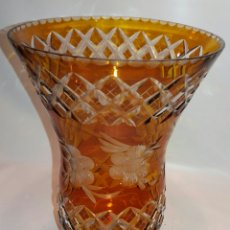 Antigüedades: ANTIGUO JARRÓN VIDRIO CRISTAL TALLADO BOHEMIA ÁMBAR FLORES XIX-XX. Lote 122253652
