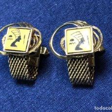 Antigüedades: GEMELOS METAL DORADO TOLEDO ESTILO EGIPCIO JEROGLIFICOS BUSTO PERFIL DAMASQUINADO AÑOS 40 27X20MM. Lote 122270087