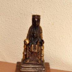 Antigüedades: IMAGEN DE SANTA MARIA DE MONSERRAT CON EL NIÑO SOBRE PEANA DE MADERA , VINTAGE, AL MENOS 60 AÑOS. Lote 122281119