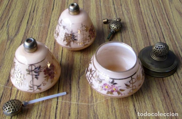 Antigüedades: JUEGO DE TOCADOR PERFUMEROS -- De cristal y latón con motivos florales -- Pintado a mano - Foto 2 - 122299423