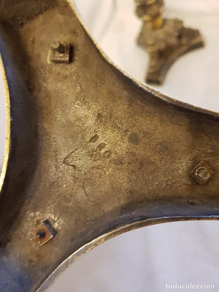 Antigüedades: Pareja de candeleros de latón plateado. Finales siglo XIX - Foto 4 - 122311031