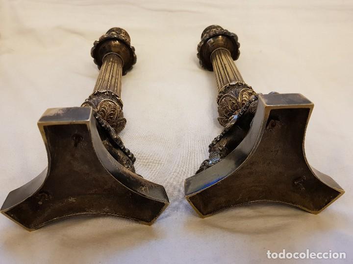 Antigüedades: Pareja de candeleros de latón plateado. Finales siglo XIX - Foto 5 - 122311031