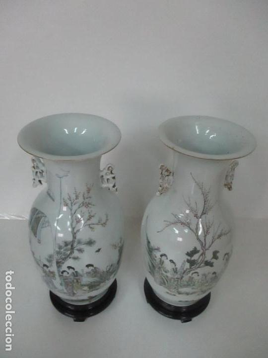 Antigüedades: Pareja Jarrones Orientales - Jarrón Porcelana de Nanking, China - Peanas de Madera - Altura 48,5 cm - Foto 3 - 150332305