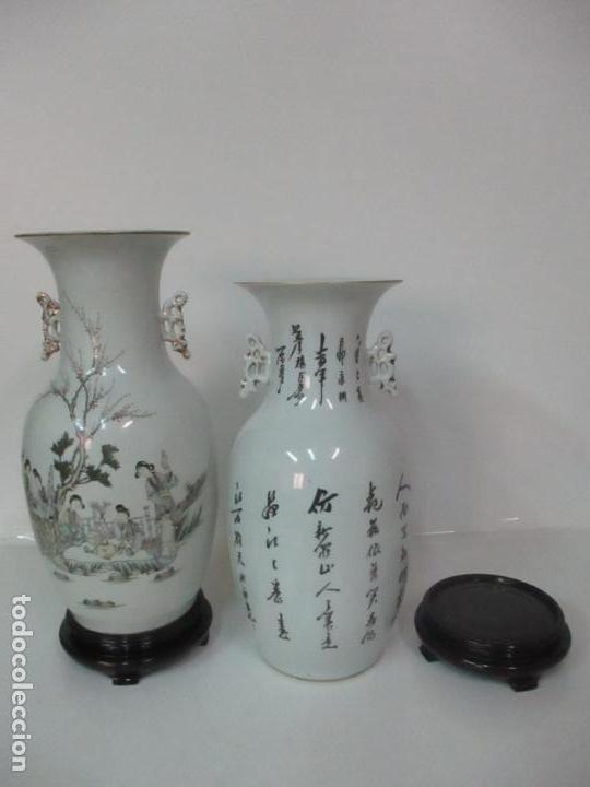 Antigüedades: Pareja Jarrones Orientales - Jarrón Porcelana de Nanking, China - Peanas de Madera - Altura 48,5 cm - Foto 34 - 150332305