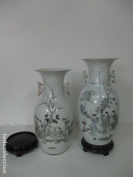 Antigüedades: Pareja Jarrones Orientales - Jarrón Porcelana de Nanking, China - Peanas de Madera - Altura 48,5 cm - Foto 35 - 150332305