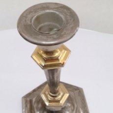 Antigüedades: PORTAVELAS CANDELABRO EN METAL BAÑADO PLATA Y DORADO. Lote 122342443