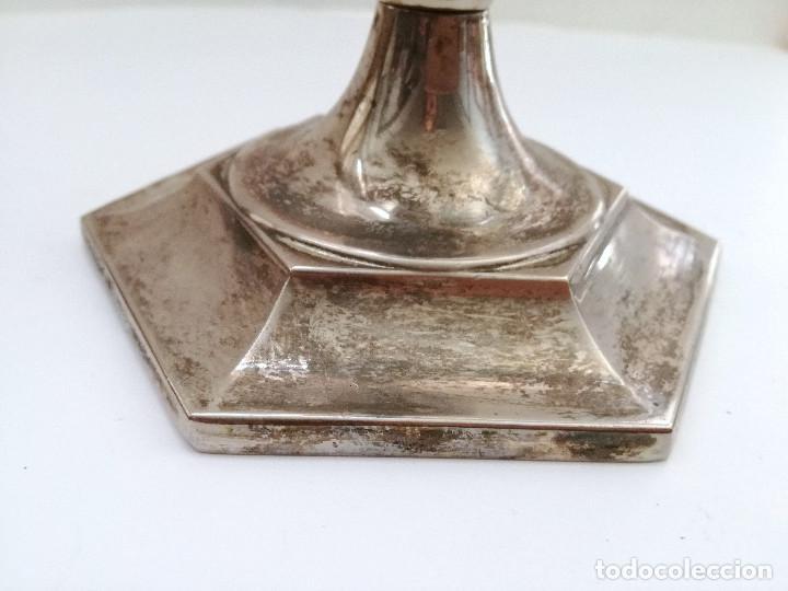 Antigüedades: Portavelas candelabro en metal bañado plata y dorado - Foto 6 - 122342443