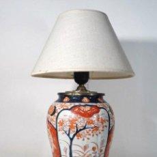 Antigüedades: LAMPARA DE SOBREMESA MONTADA SOBRE JARRÓN DE PORCELANA JAPONESA IMARI. Lote 122446891