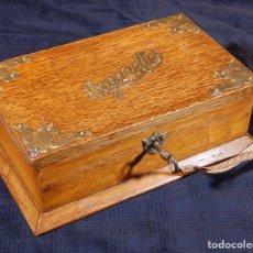 Antigüedades: CAJA PARA CIGARRILLOS ANTIGUA DE ROBLE MACIZO CON CERRADURA Y LLAVE. R760008. Lote 122457683