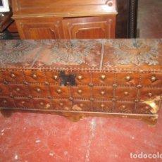Antigüedades: ARCÓN BAÚL GRANDE DE MADERA Y CUERO CON DIBUJO CLAVOS ASAS LATERAL MEDIDA 140 X 43 CM ALTURA 57 CM.. Lote 122457743