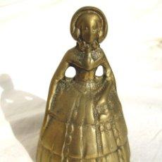 Antigüedades: CAMPANA INGLESA DE BRONCE FORMA MUJER ÉPOCA 220 GRS Y 9 CMS ALTO. Lote 122571615