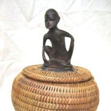 Antigüedades: CAJA AFRICANA DE HIERBA TRENZADA Y ESCULTURA DE ÉBANO. ÚNICA . Lote 122585195