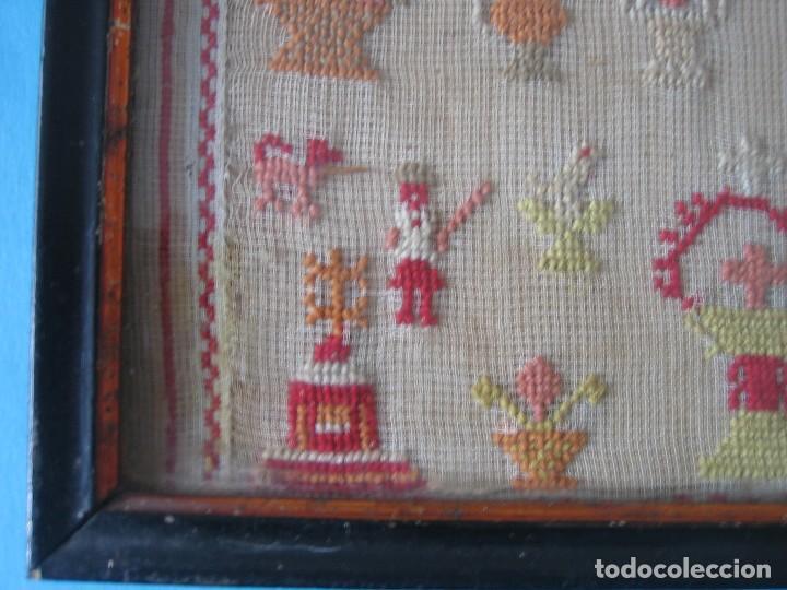 Antigüedades: ANTIGUO BORDADO PUNTO DE CRUZ SOBRE TELA LETRAS Y DIVERSAS FIGURAS MARCO DE MADERA CON CRISTAL VER - Foto 5 - 122603571
