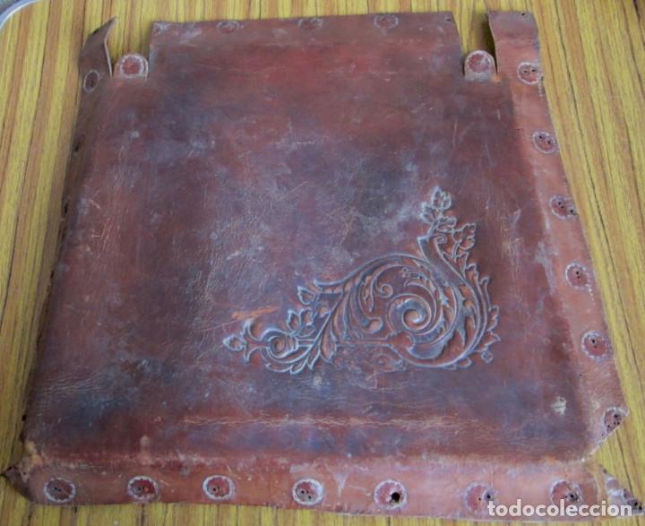 UN ASIENTO DE CUERO (Antigüedades - Muebles Antiguos - Sillones Antiguos)