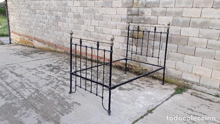 Antigüedades: Cama antigua completa de hierro y latón 121 cm, cabecero y piecero antiguo - Foto 3 - 122626759