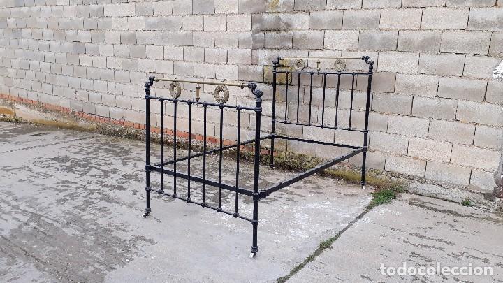 Antigüedades: Cama antigua completa de hierro y latón 121 cm, cabecero y piecero antiguo - Foto 2 - 122626799