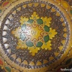 Antigüedades: PAREJA DE PLATOS ANTIGUOS PINTADOS ORIENTALES CON GANCHO A PARED MARCA EN REVERSO. Lote 246372505