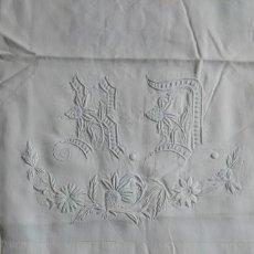 Antigüedades: ANTIGUO CONJUNTO DE SÁBANA ENCIMERA Y DOS FUNDAS DE ALMOHADA. PROFUSAMENTE TRABAJADAS. (LL1). Lote 122682075