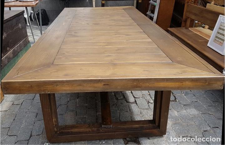 Mesa de comedor en madera para 12-15 comensales. Medidas: 3m x 1´30m.