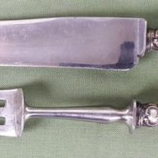 Antigüedades: CUBIERTOS PARA TRINCHAR CARNE. ACERO INOXIDABLE. MANGOS DE PLATA. CIRCA 1950. . Lote 122746963