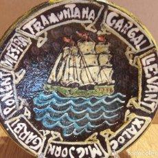 Antigüedades: CURIOSO PLATO DE BARCO VELERO Y VIENTOS DEL MEDITERRÁNEO / TERRACOTA / 22.5 CM Ø / CON FIRMA.. Lote 122763623