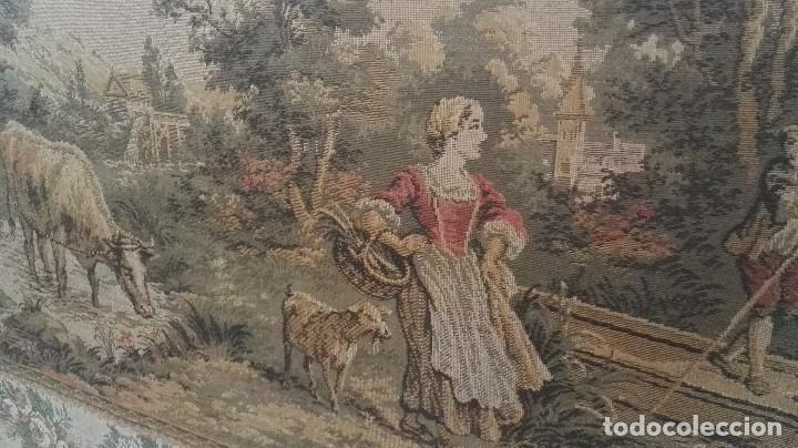 Antigüedades: Cuadro tapiz antiguo con bellas escenas y borde en flores simil petit point - Foto 2 - 122765059