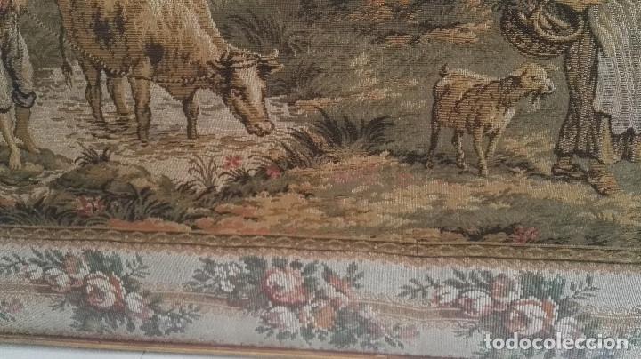 Antigüedades: Cuadro tapiz antiguo con bellas escenas y borde en flores simil petit point - Foto 3 - 122765059