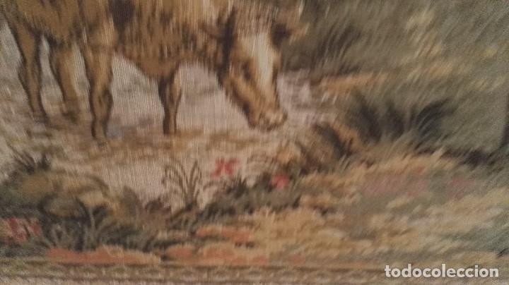 Antigüedades: Cuadro tapiz antiguo con bellas escenas y borde en flores simil petit point - Foto 5 - 122765059
