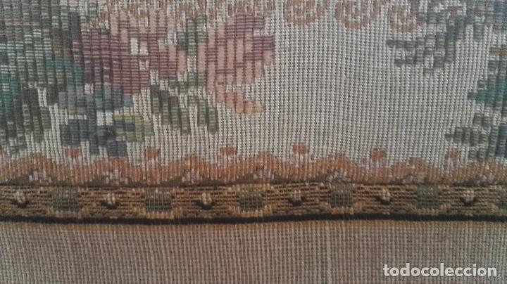 Antigüedades: Cuadro tapiz antiguo con bellas escenas y borde en flores simil petit point - Foto 8 - 122765059