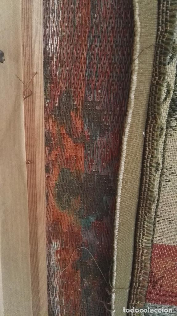 Antigüedades: Cuadro tapiz antiguo con bellas escenas y borde en flores simil petit point - Foto 11 - 122765059