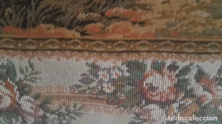 Antigüedades: Cuadro tapiz antiguo con bellas escenas y borde en flores simil petit point - Foto 12 - 122765059