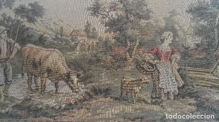 Antigüedades: Cuadro tapiz antiguo con bellas escenas y borde en flores simil petit point - Foto 13 - 122765059