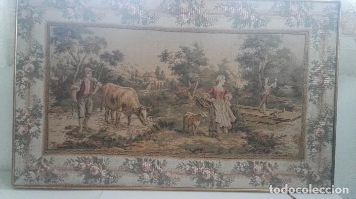 Antigüedades: Cuadro tapiz antiguo con bellas escenas y borde en flores simil petit point - Foto 14 - 122765059