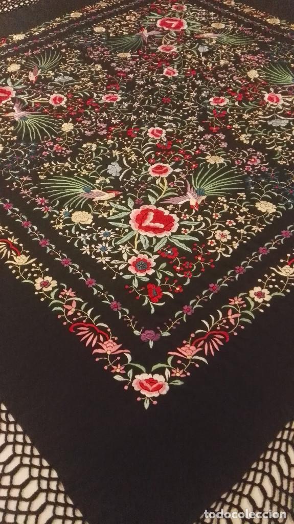 Antigüedades: Mi Manon. Mantón de Manila seda bordada a Mano flores y pájaros con originales borlones - Foto 2 - 122768887