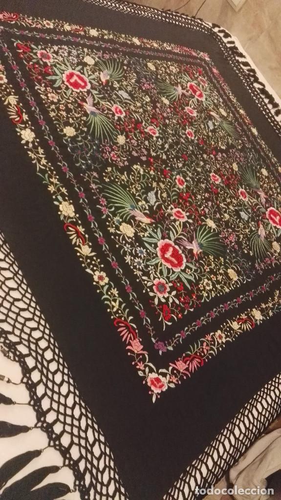 Antigüedades: Mi Manon. Mantón de Manila seda bordada a Mano flores y pájaros con originales borlones - Foto 3 - 122768887