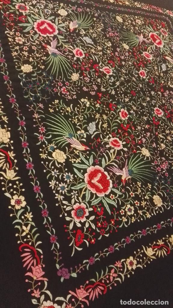 Antigüedades: Mi Manon. Mantón de Manila seda bordada a Mano flores y pájaros con originales borlones - Foto 4 - 122768887